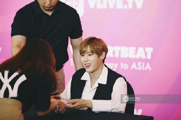 Ha Sung Woon nắm tay fan thật chặt như người yêu