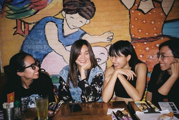 Cô cùng đàn chị Thanh Hằng bên cạnh những người bạn thân thiết