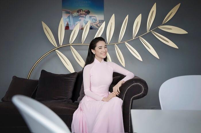 Nhã Phương mặc áo dài xinh xắn
