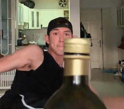 Anh bắt trend đá xoay nắp chai