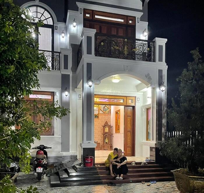 Tui Tên Bô bên cạnh mẹ của mình ở ngôi nhà mới xây