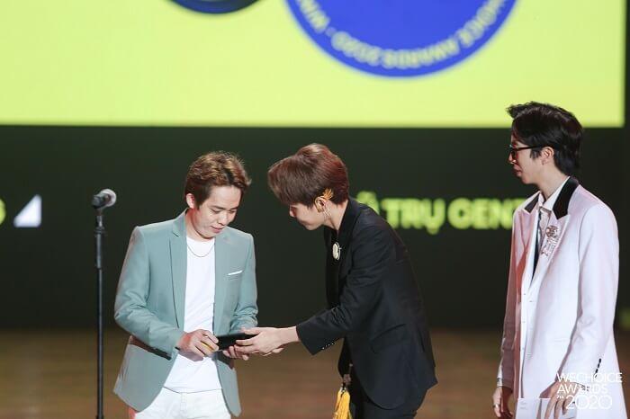 Nam Blue nhận giải tại We Choice Award