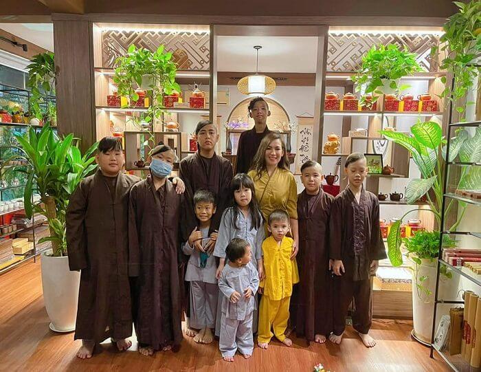 Phi Nhung và những người con nuôi của mình